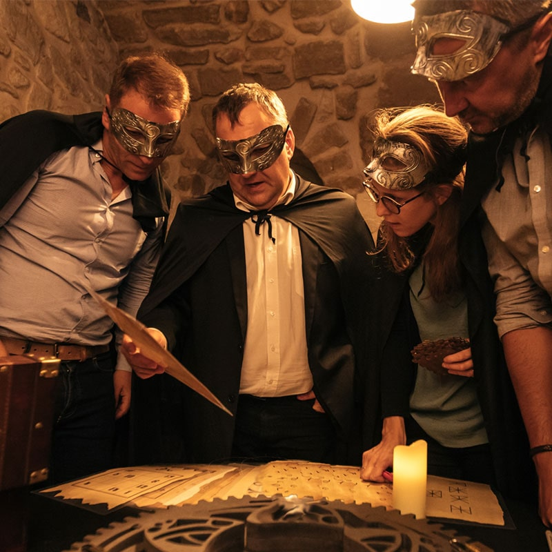 Joueurs masques escape game geant